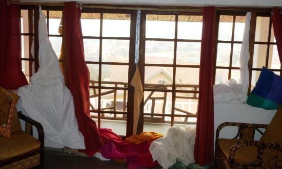 Island Continent Hotel: Windows don't fit