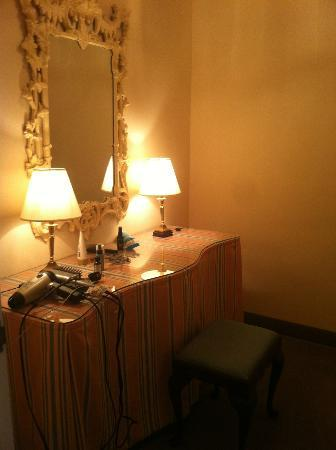State Plaza Hotel: Dressing room adjacent to bathroom