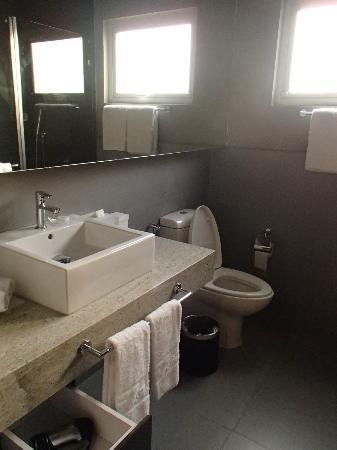 โรงแรมเบสท์เวสเทิร์นพรีเมียร์เอฟวัน: Neat bathroom.