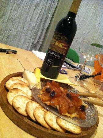 Christopher Joyce Vineyard and Inn: Bottle of wine, cheese & crackers upon our arrival!