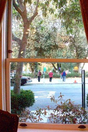 Washington Square Inn: Chinese ladies exercising in Washington Park--view from breakfast table