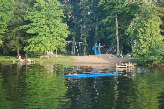 Weaver's Resort & Campground: Swimming beach and playground
