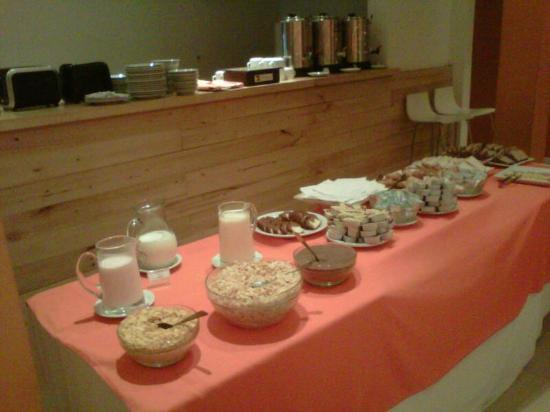 Monarca Hoteles: Mesa de desayuno buffet