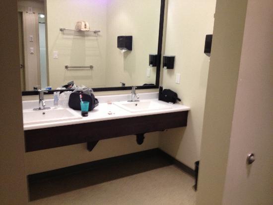 HI-Whistler: Washroom
