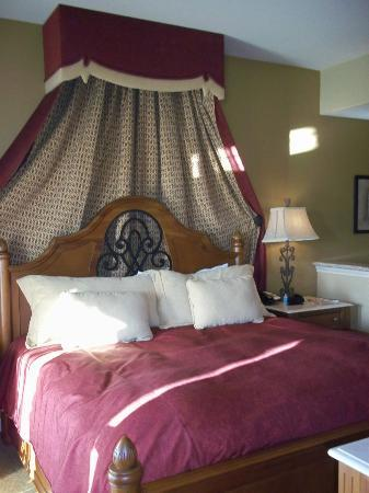Vino Bello Resort: comfy bed in one-bedroom condo