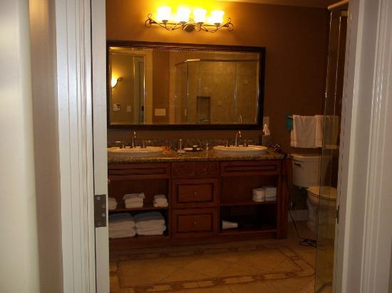 Vino Bello Resort: bathroom in one-bedroom condo