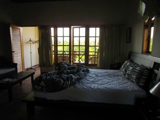 Bluehill Resort Tulamben: Spacious bedroom with large balcony