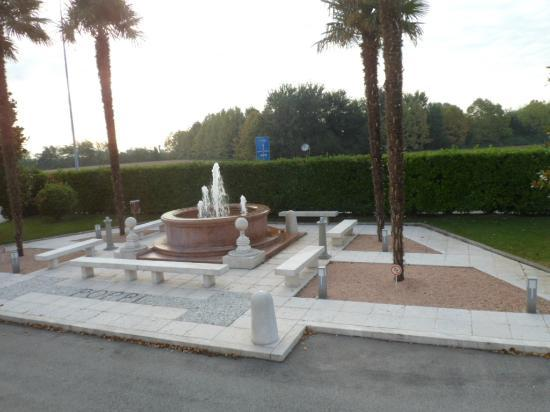 Hotel Poppi: Garden and fountain at front of hotel..