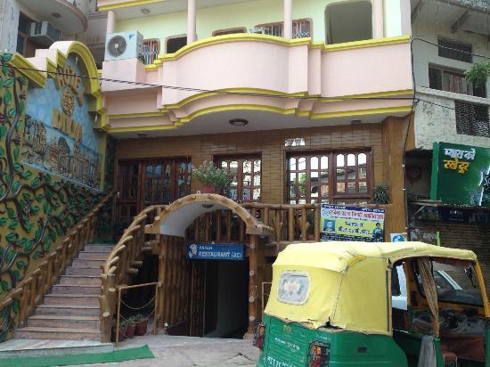 Hotel Divya : Front