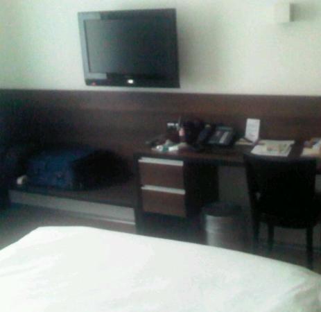 Hotel Glockenhof: Desk/TV