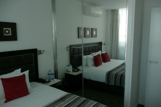 Meriton Serviced Apartments Aqua Street, Southport: Comfortable bed and pillows