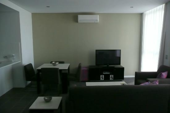 Meriton Serviced Apartments Aqua Street, Southport: Spacious living room