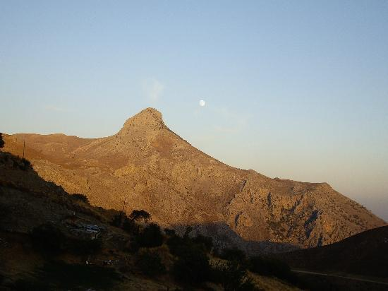 Thalori Traditional Village: Kofinas mount and the rising moon