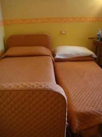 Aurora Hotel: Room Beds