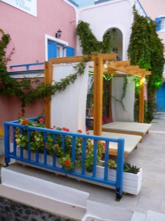 Atalos Apartments & Suites: zona descanso del jardin
