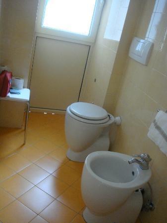 Aurora Hotel: Bathroom 