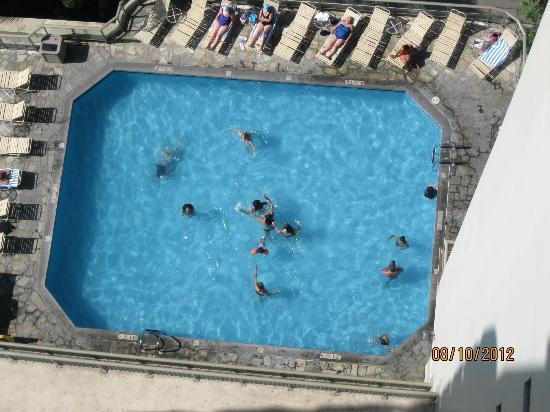 Ohana Waikiki West: Pool Area