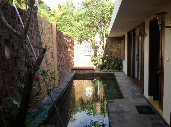 Di Abode Boutique Inn: La piscine et une chambre (à droite)