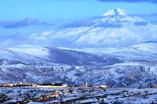 Takaev Cave Hotel & Guest House: View from Taka Ev terrace towards Orta Hisar and Erciyes