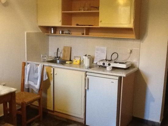 Camari Garden Hotel Apartments: Kitchen area with twin hob set