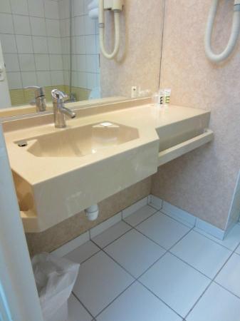 Hotel Mercure Lisieux : sink