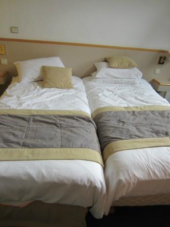 Hotel Mercure Lisieux : bed - awful, awful, awful