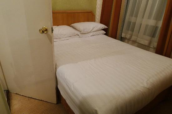 Phoenix Hotel: Habitación para 2 minúscula