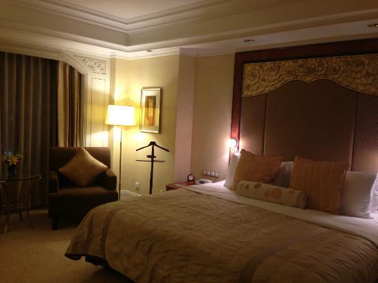Shangri-La Hotel Jakarta: the bedroom