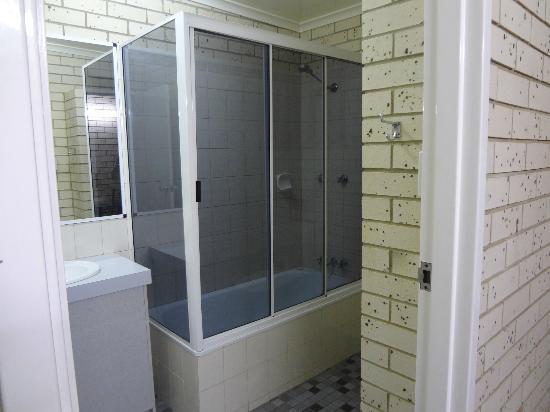 Cara Motel: Full size bathroom with bath