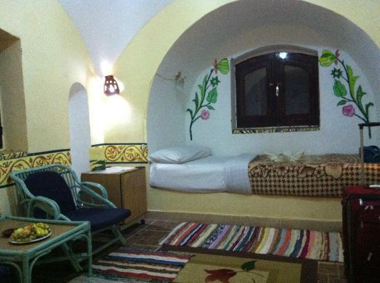 Al Baeirat Hotel : Charming bedroom with refrigerator and ensuite bathroom