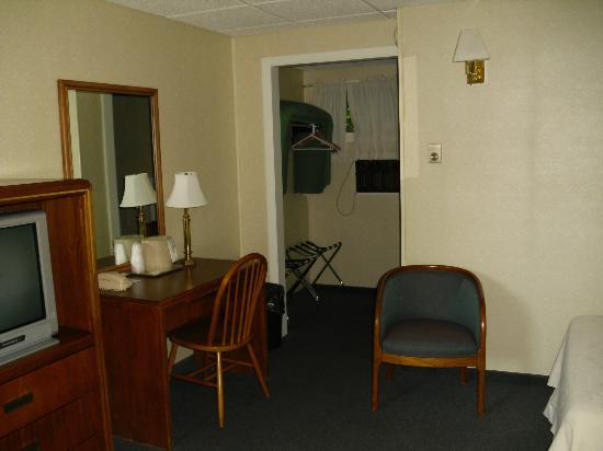Moseley Cottage Inn and Town Motel: Part of the room, through doorway to the bathroom