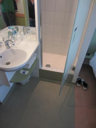 Ibis Budget Krakow Stare Miasto: doccia e lavandino - shower