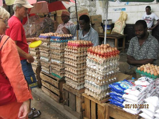 Pumzika Beach Resort: Markt in Stone Town - Eierkauf