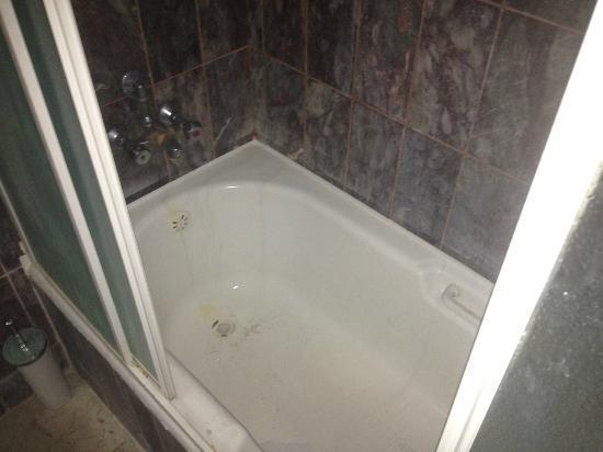 Ayma Hotel: The bathtub