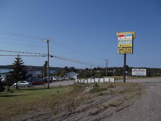 Baybreeze Restaurant & Motel: the view from the old Hwy #1 (now #175) exit Hwy #1 at exit #69