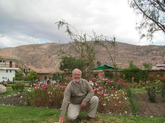 Hotel Agustos Urubamba: Hermosos jardines y las montañas atrás
