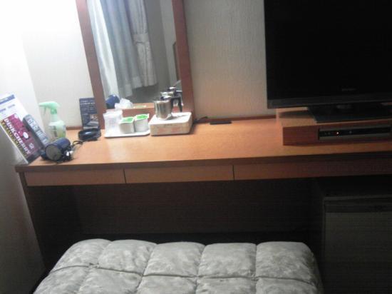 Nagoya Rich Hotel Nishiki: ダブルルームのベッドとデスク