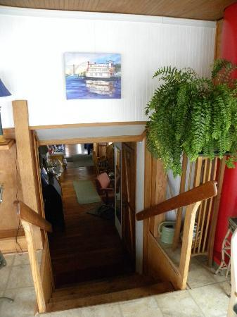 Newport Belle Bed & Breakfast: Stairway to breakfast room