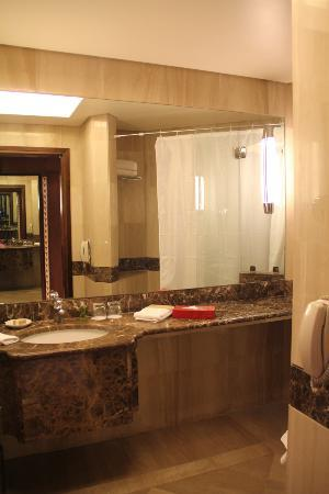 Le Royal Hotel Amman: Bathroom