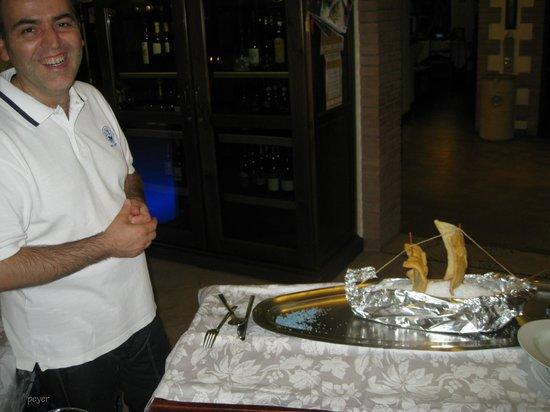 Ristorante Il Veliero: So wird der Fisch im Salzbett eingefahren, dann die Teller am Tisch hergerichtet