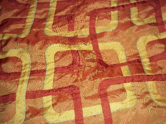 رد روف إن أونتاريو إيربورت: Hole in top comfortor on bed...smelled unclean.. 