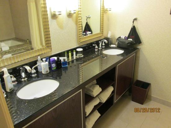 DoubleTree by Hilton Hotel Sacramento: Spacious vanity