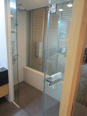 BEST WESTERN PREMIER Amaranth Suvarnabhumi Airport: Dusche mit Blick ins Zimmer