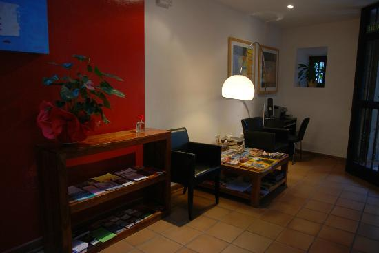 Hotel Ronda: Reception Area in the Evening
