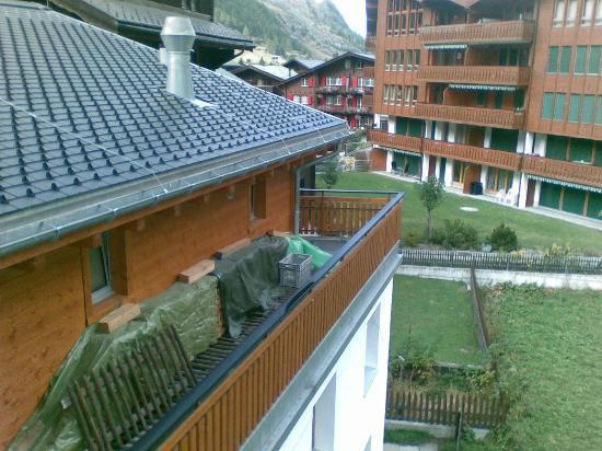 Hotel Aristella swissflair: Der Blick aus dem Fenster zeigt Gerümpel.