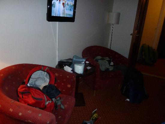 Hotel Lippert: chairs and tv