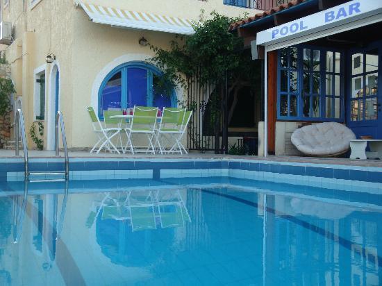 Maria Flora Apartments: pool and pool bar