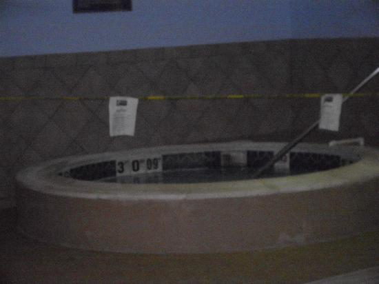 Holiday Inn Express Suites Middleboro: Photo of broken hot tub