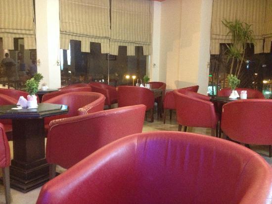 ريحانة شرم ريزورت: lobby bar upstairs.(bar is behind me) 