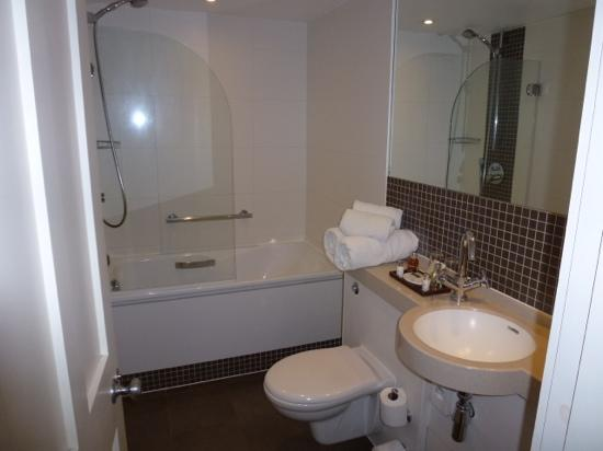 Montagu Place Hotel: great bathroom with free Molten Brown toiletries